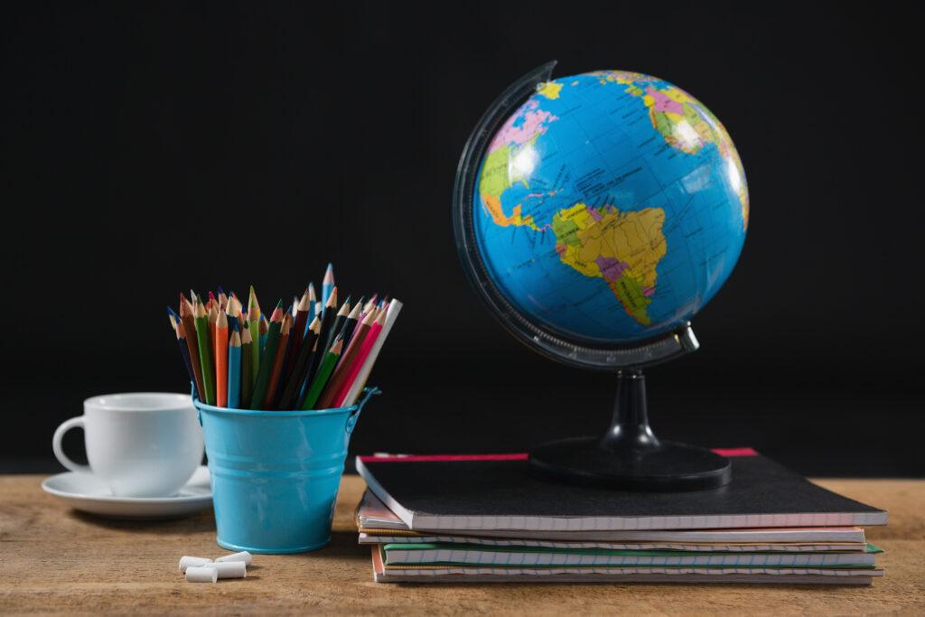 Globus, Stifte und Hefte