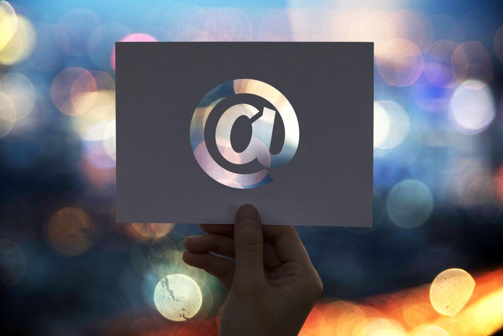 Papierzeichen mit @-Symbol
