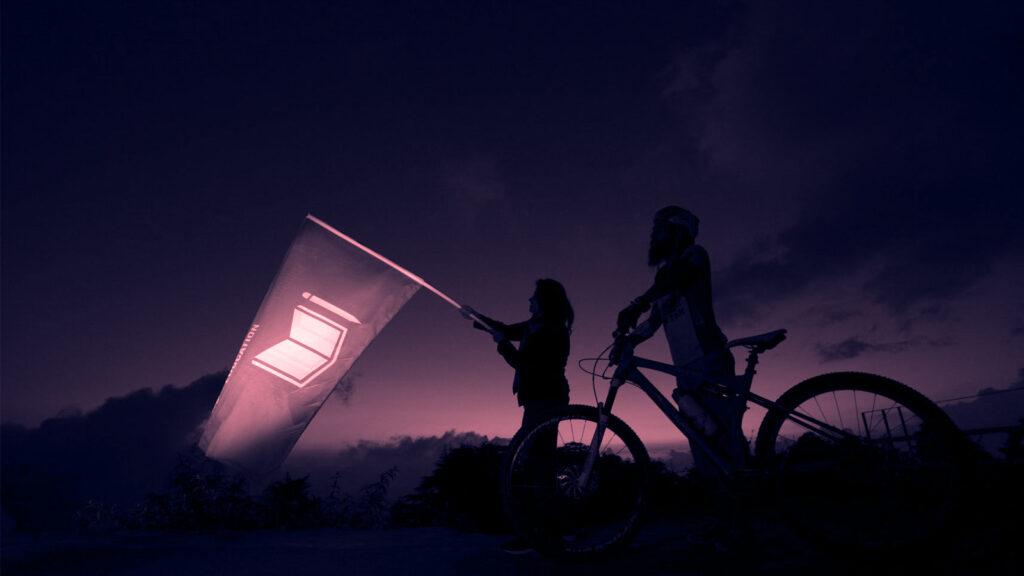 Global Goals Radfahrer Shachi Somani und Gurman Reen mit Flagge von Ziel 4