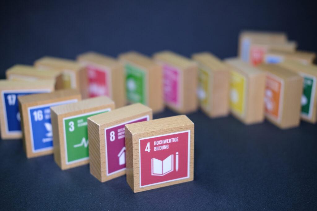 17 SDG-Würfel hintereinander aufgereiht