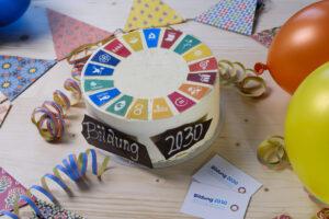SDG-Torte mit dekoriertem Geburtstagstisch
